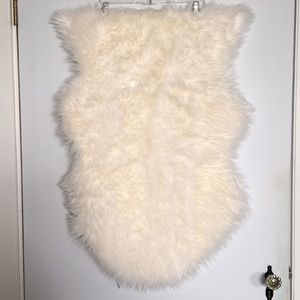 White fuzzy faux sheep skin rug 2'x 3'